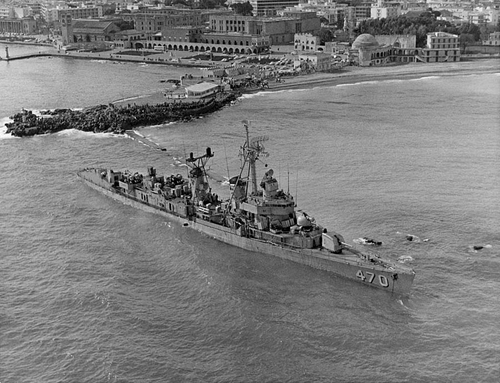USS_Bache_(DD-470)_aground_off_Rhodes,_Greece,_in_1968.jpg